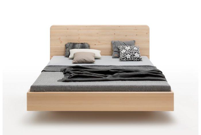Vooraanzicht bed Pietra (hout: zirben) met mooi hoog hoofdbord