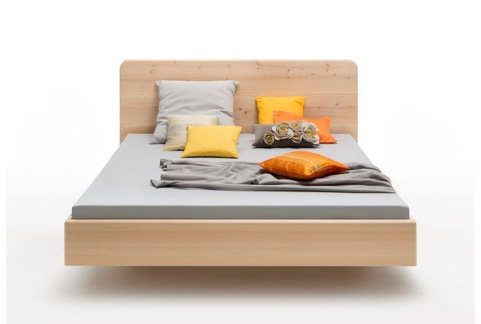 Vooraanzicht bed Carezza (hout: zirben) in zwevende constructie