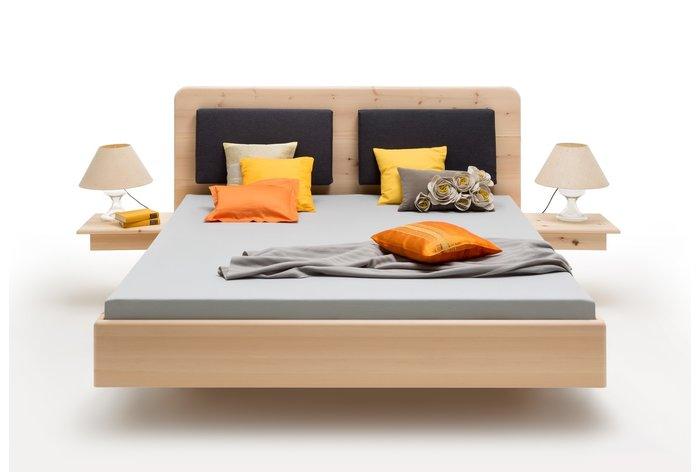 Vooraanzicht bed Carezza met rug steunkussens en aanhang nachtkastjes (tegen meerprijs)