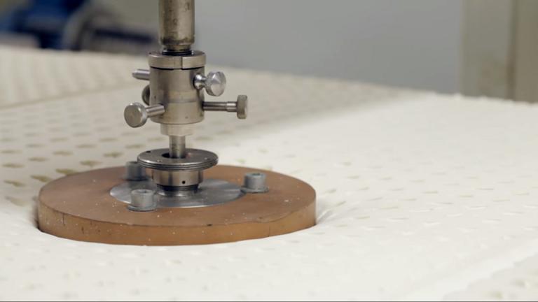Hardheid meten met cirkelstempel bij Latexco