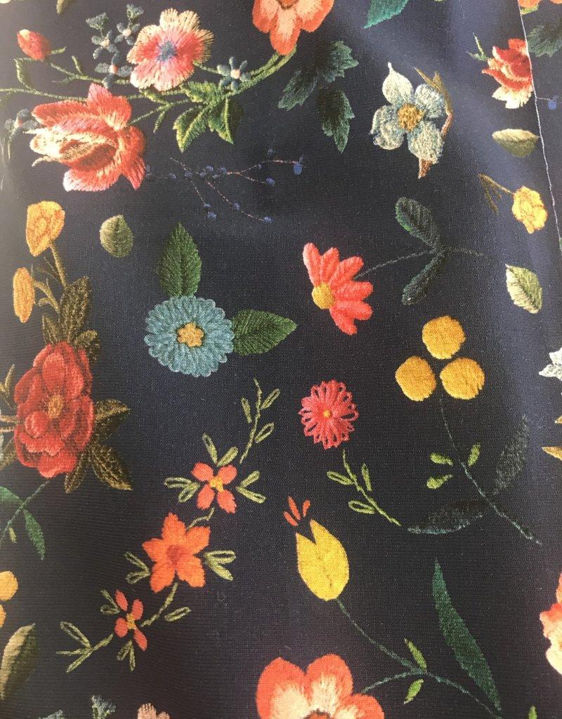 Blauwe tricot met kleurrijke bloemen