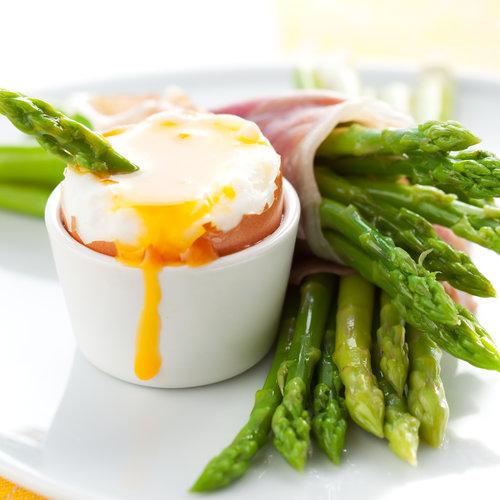 Groene asperges met ham en ei