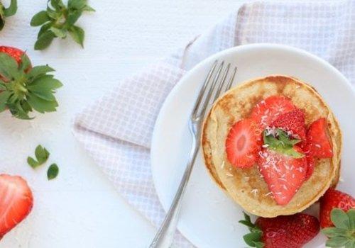 Yoghurt havermout pannenkoeken met aardbeien