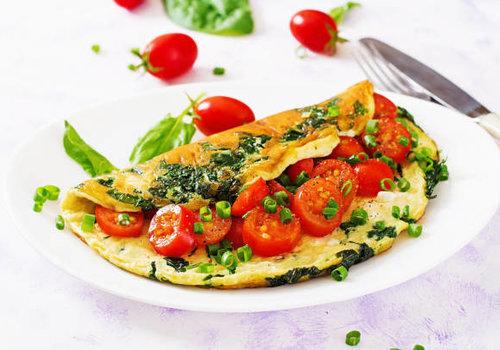 Omelet met bieslook en tomaat