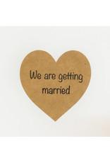 Bruidsknaller Leuke kraftpapier  'We are getting married'  stickers voor op jullie uitnodigingen - per 10 stuks