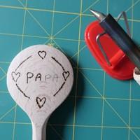 DIY vaderdag tip houtbranden pollepels en flessenopeners [uitleg]