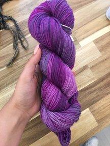 Mina Dyeworks Socksanity - 100gram=420m 75% wol 25% nylon - ''Aurora Purple''