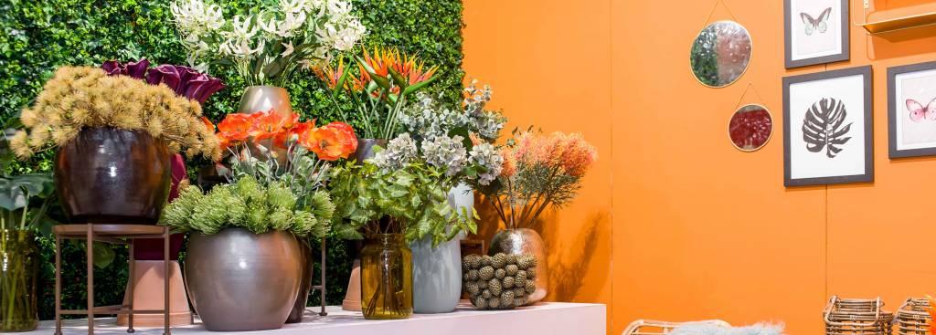 Mit künstlichen Pflanzen eine sommerliche Atmosphäre schaffen.