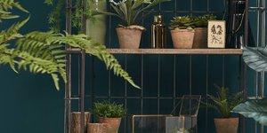 Mit künstlichen Hängepflanzen Ihr Heim dekorieren.