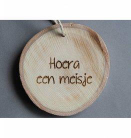 """Houten cadeau-label - """"Hoera een meisje"""""""