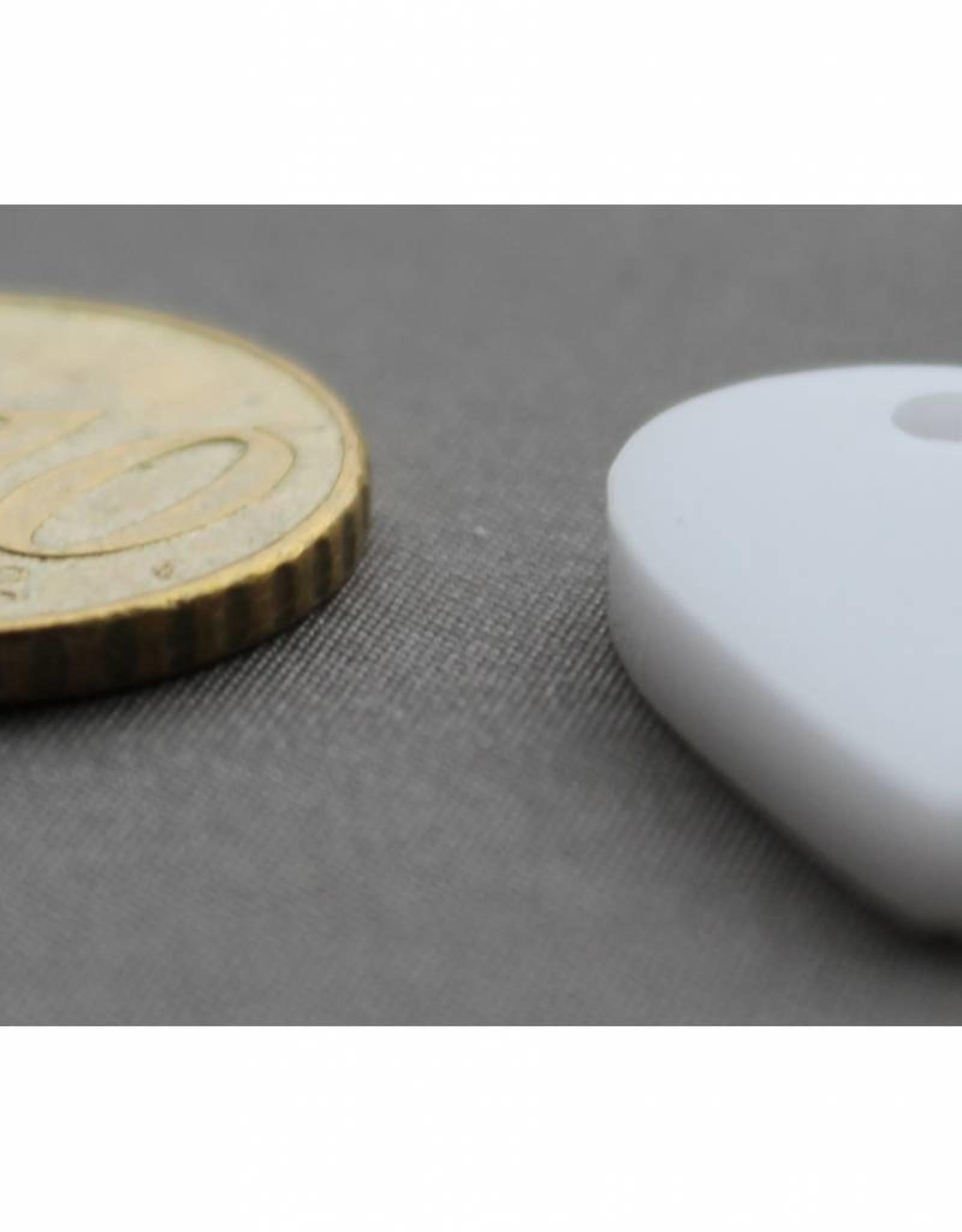 wit hartje klein met gaatje voor aan armband of ketting