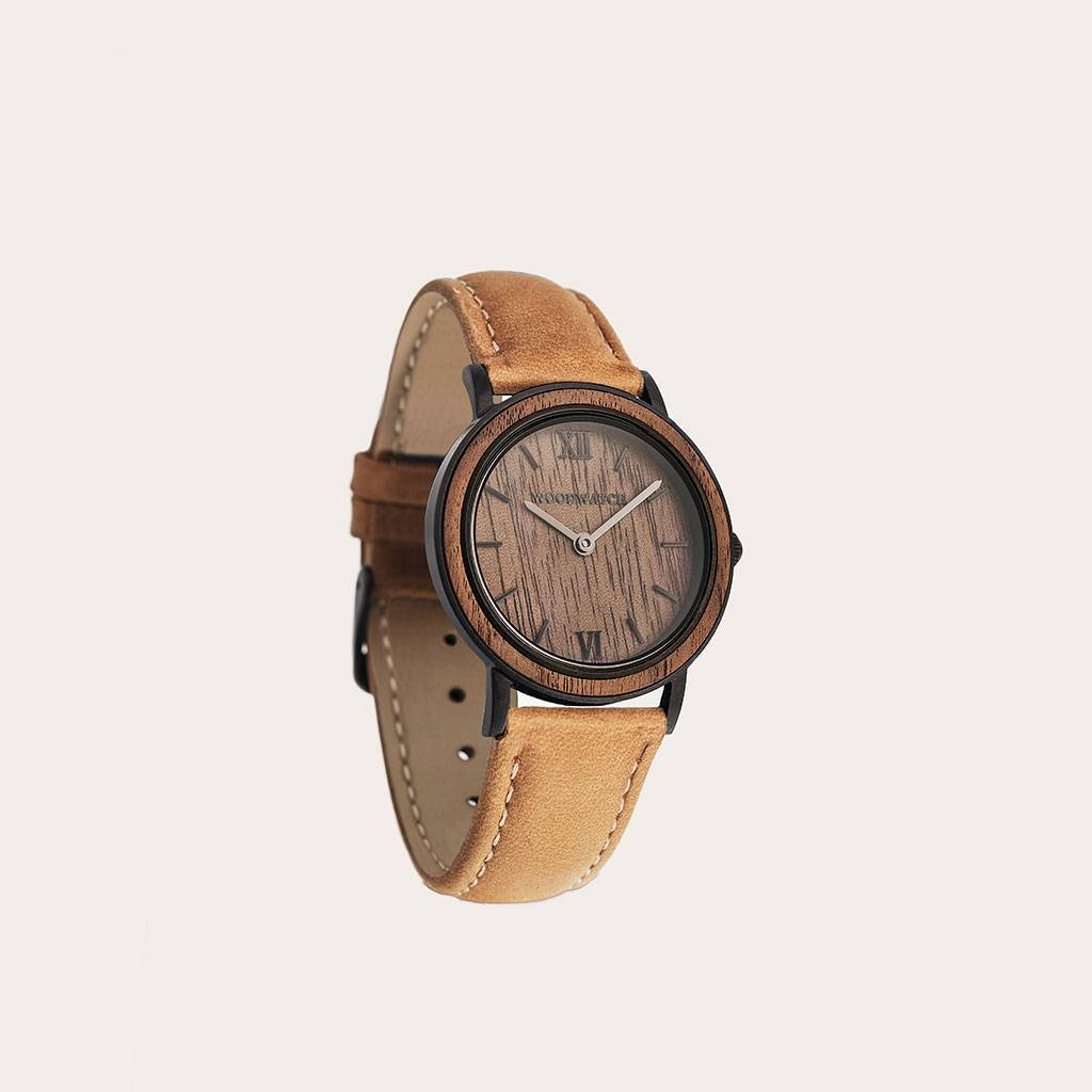 The Amber Band is made of genuine leather and a metal buckle clasp and is naturally dyed with a beige hue.The Amber Band 16mm fits the 34mm MINIMAL Collection.