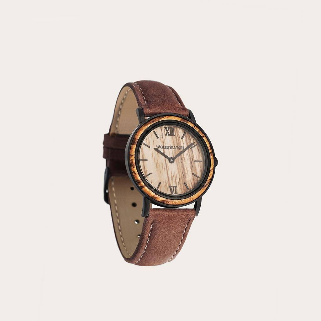 The Pecan Band is made of genuine leather and a metal buckle clasp and is naturally dyed with a light brown hue.The Pecan Band 16mm fits the 34mm MINIMAL Collection.