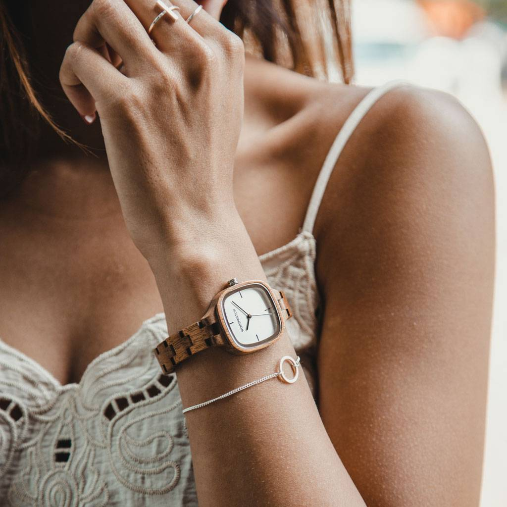 A gallery in a vibrant city is a must to experience the ideas of artists and their expressions alike. The Modern Gallery got its name due to the sleek design and clean lines of modern art and is a reflection of the biggest cities. The watch has a square c