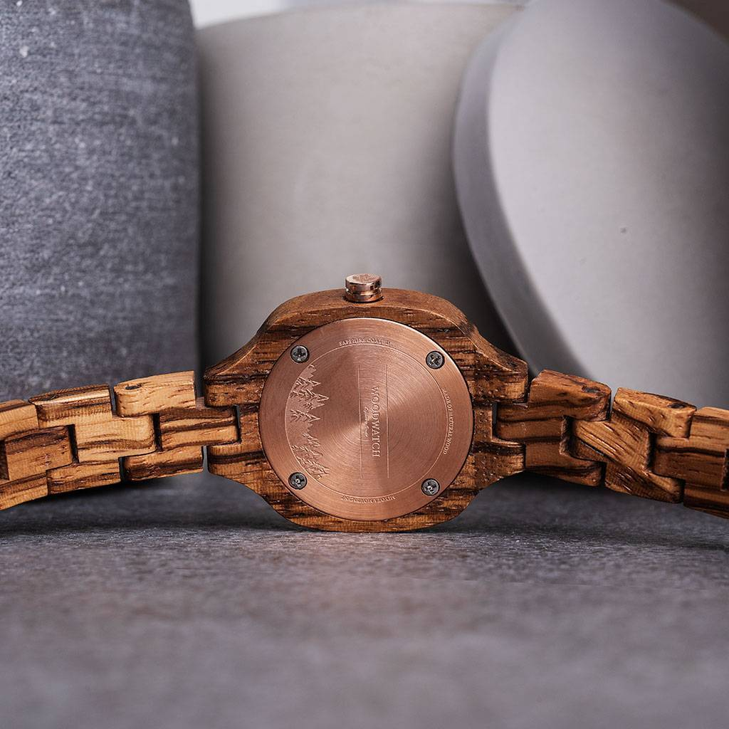 The beauty of a city is reflected by the lights at night. The skyline lights up and creates a memorable view. This City of Lights watch reflects this with its stainless steel black brushed dial and shining rose-gold colored elements. The added bold elemen