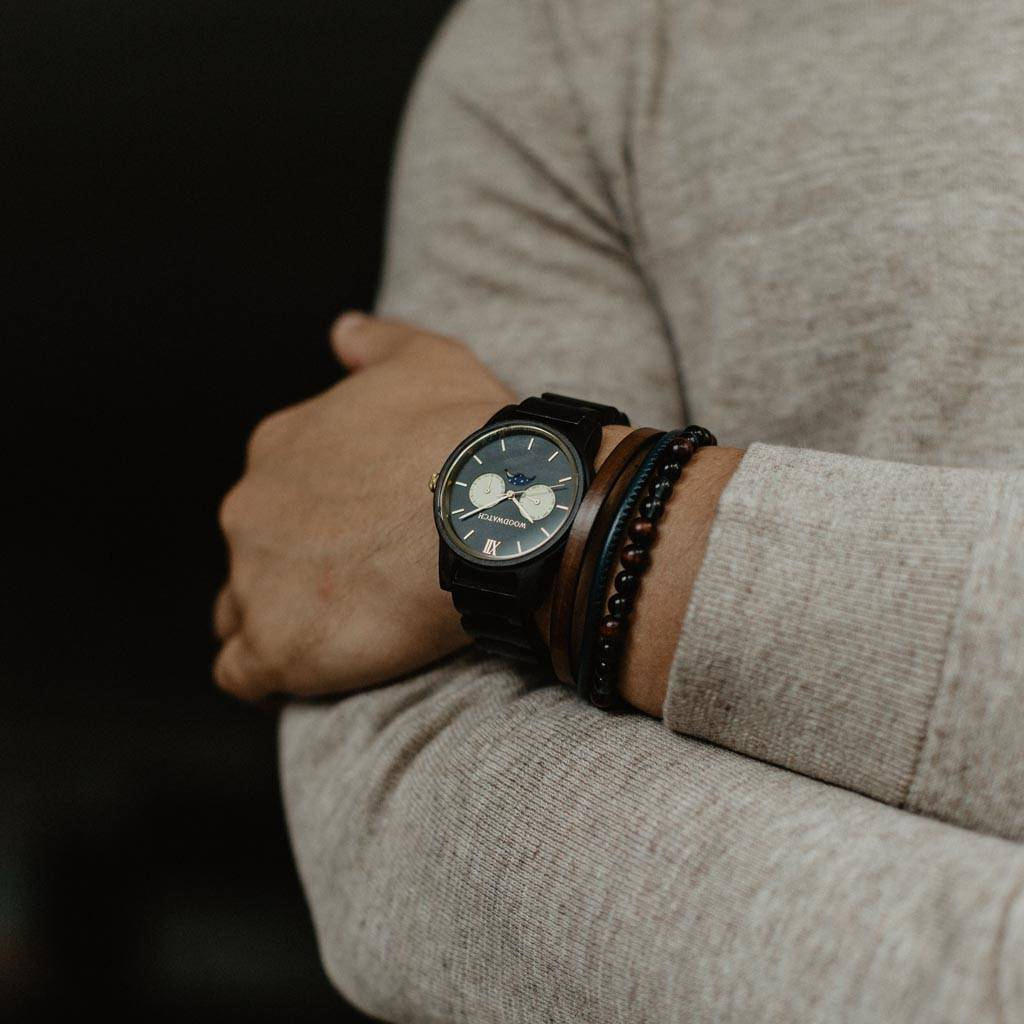 The CLASSIC Collection rethinks the aesthetic of a WoodWatch in a sophisticated way. The slim cases give a classy impression while featuring a unique a moonphase movement and two extra subdials featuring a week and month display. The CLASSIC Rogue is made