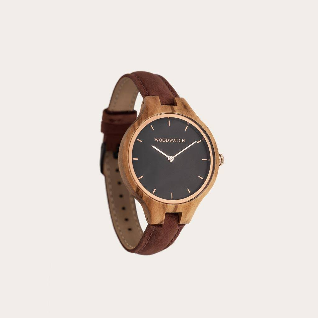 The AURORA Collection breaths the fresh air of Scandinavian nature and the astonishing views of the sky. This light weighing watch is made of European Olive Wood, accompanied by a stainless-steel sky-black dial and starry rose-gold details. The Pecan Band