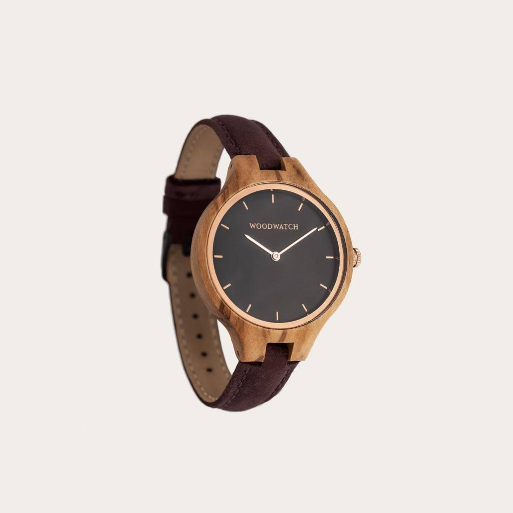 The AURORA Collection breaths the fresh air of Scandinavian nature and the astonishing views of the sky. This light weighing watch is made of European Olive Wood, accompanied by a stainless-steel sky-black dial and starry rose-gold details. The Hickory Ba