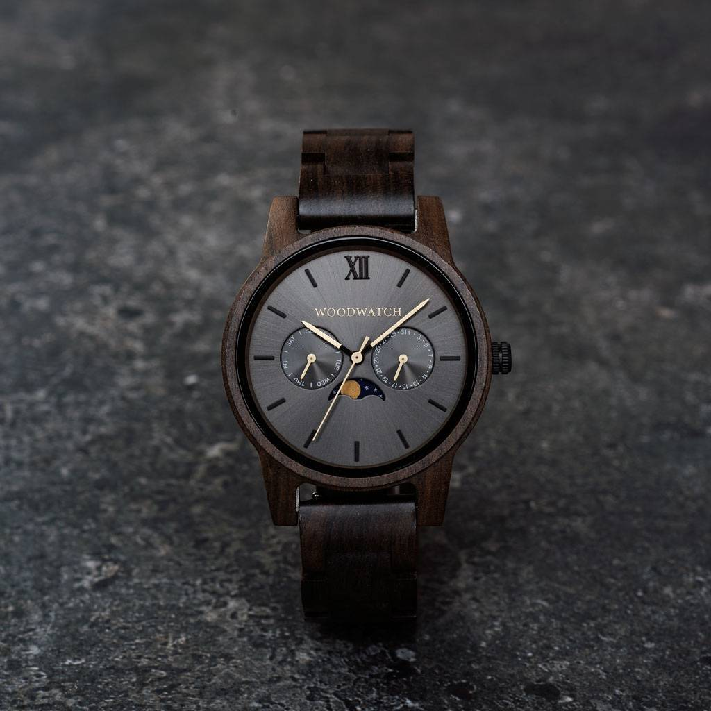The CLASSIC Collection rethinks the aesthetic of a WoodWatch in a sophisticated way. The slim cases give a classy impression while featuring a unique a moonphase movement and two extra subdials featuring a week and month display. The CLASSIC Argo is made