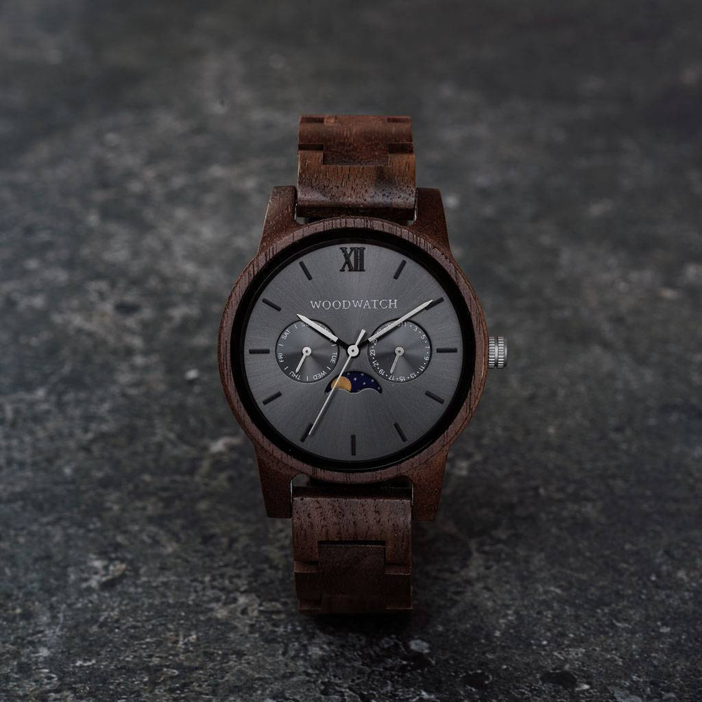 The CLASSIC Collection rethinks the aesthetic of a WoodWatch in a sophisticated way. The slim cases give a classy impression while featuring a unique a moonphase movement and two extra subdials featuring a week and month display.The CLASSIC Slate is made