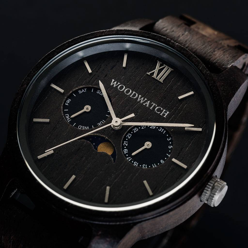 The CLASSIC Collection rethinks the aesthetic of a WoodWatch in a sophisticated way. The slim cases give a classy impression while featuring a unique a moonphase movement and two extra subdials featuring a week and month display. The CLASSIC Raven is made