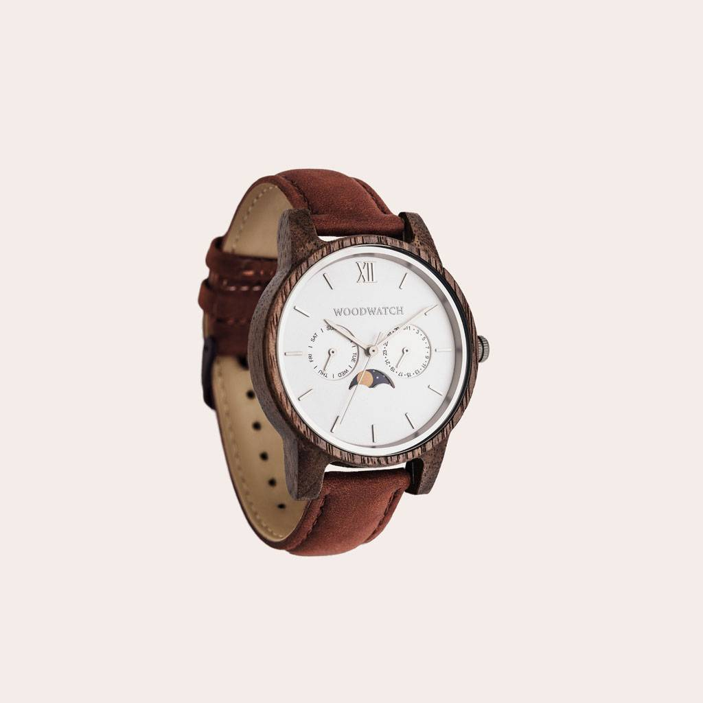 The CLASSIC Collection rethinks the aesthetic of a WoodWatch in a sophisticated way. The slim cases give a classy impression while featuring a unique a moonphase movement and two extra subdials featuring a week and month display. The CLASSIC Ghost Pecan i