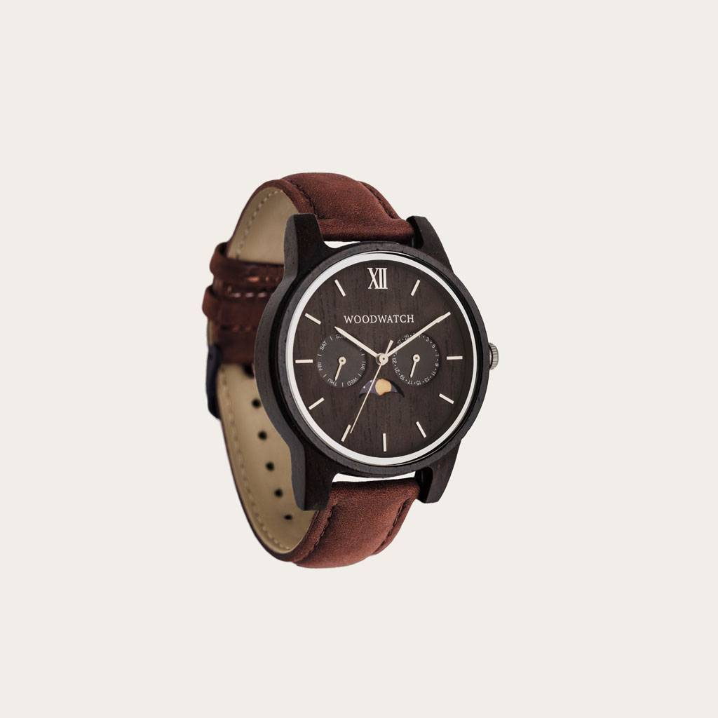 The CLASSIC Collection rethinks the aesthetic of a WoodWatch in a sophisticated way. The slim cases give a classy impression while featuring a unique a moonphase movement and two extra subdials featuring a week and month display. The CLASSIC Raven Pecan i