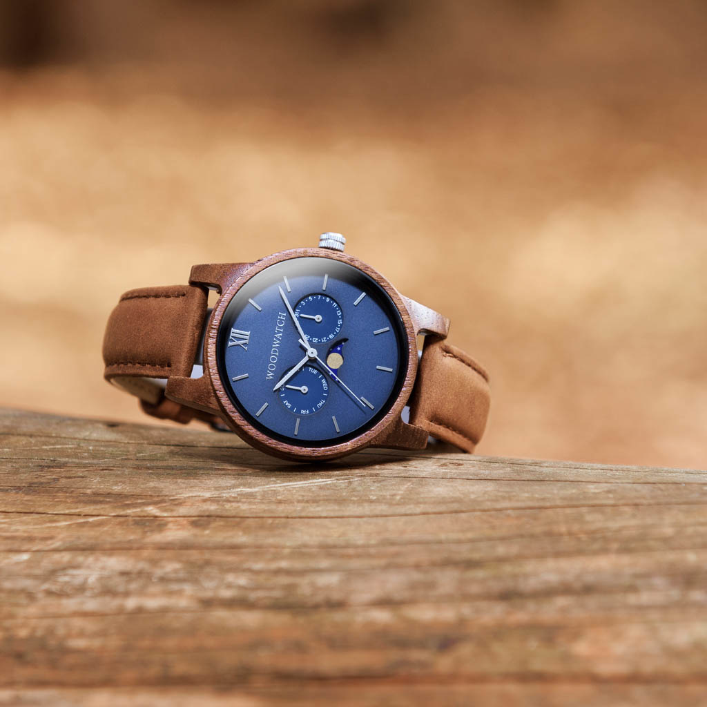 The CLASSIC Collection rethinks the aesthetic of a WoodWatch in a sophisticated way. The slim cases give a classy impression while featuring a unique a moonphase movement and two extra subdials featuring a week and month display.The CLASSIC Mariner Pecan