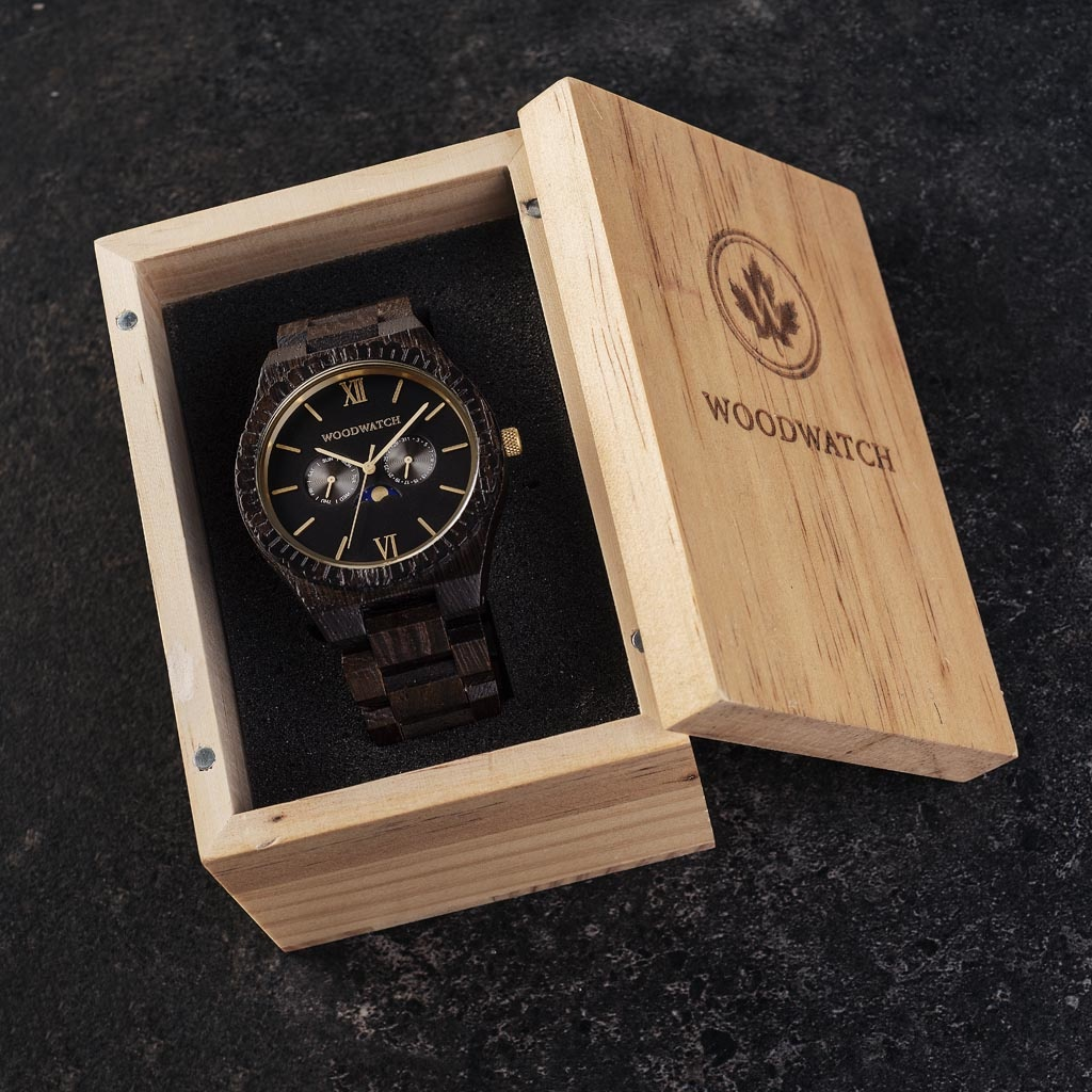 This premium designed watch combines natural wood type with a luxurious stainless steel dial and backplate. At the heart of the timepiece is a multi-function movement with two subdials featuring a week and month display. The GRAND Nightowl is made of Weng