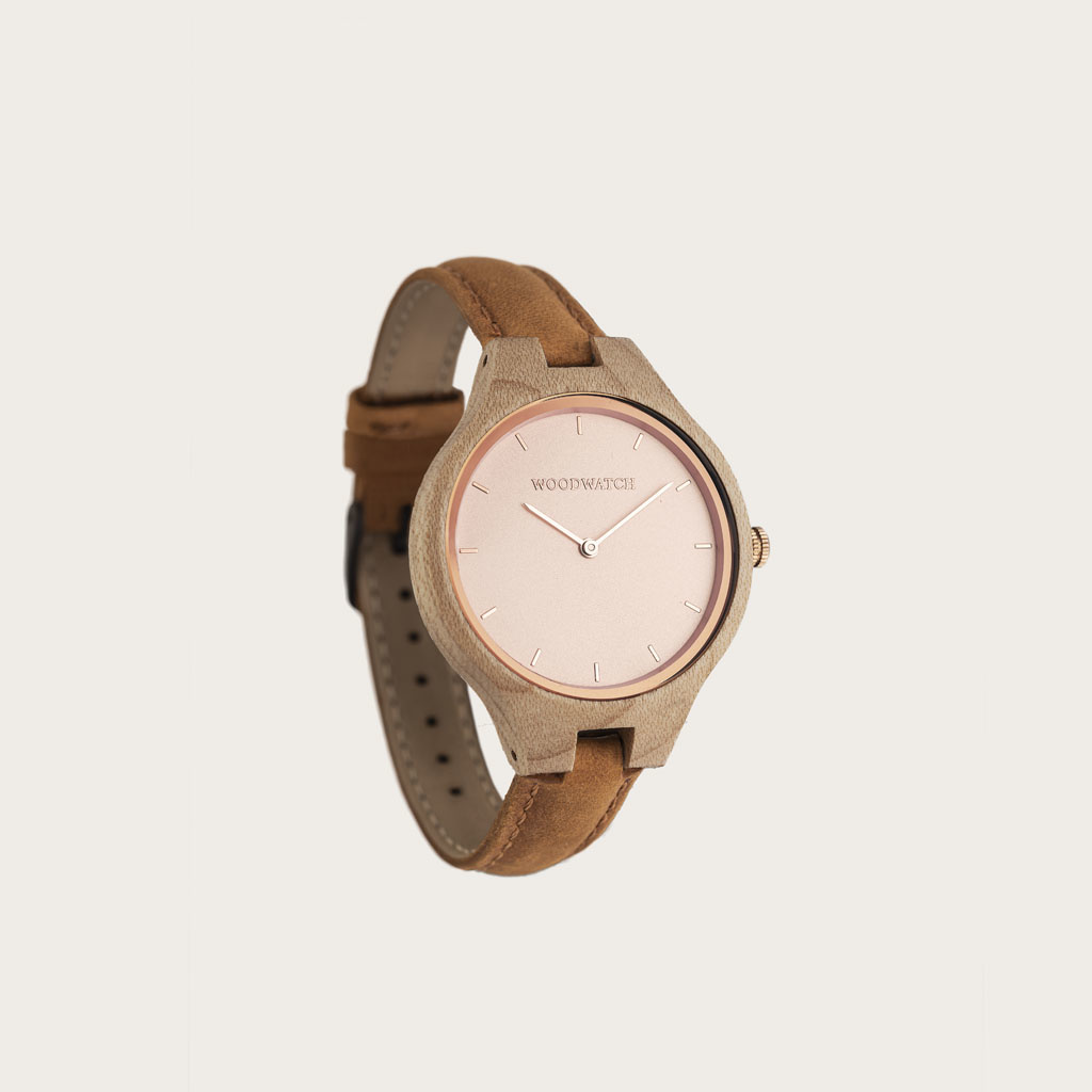 The AURORA Collection breathes the fresh air of Scandinavian nature and the astonishing views of the sky. This light weighing watch is made of Canadian Maplewood, accompanied by a light stainless-steel dial with rosegold details.<br />