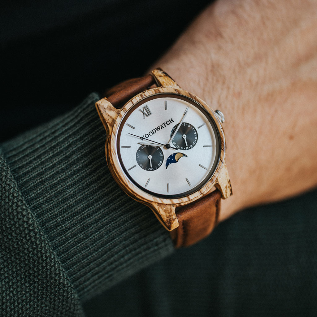 The CLASSIC Collection rethinks the aesthetic of a WoodWatch in a sophisticated way. The slim cases give a classy impression while featuring a unique a moonphase movement and two extra subdials featuring a week and month display. The CLASSIC Camo Pecan is