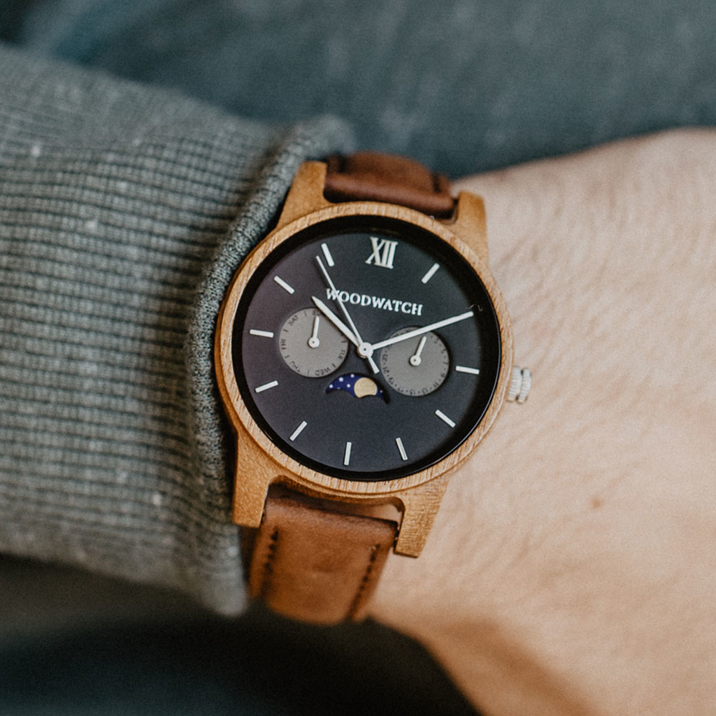 The CLASSIC Collection rethinks the aesthetic of a WoodWatch in a sophisticated way. The slim cases give a classy impression while featuring a unique a moonphase movement and two extra subdials featuring a week and month display. The CLASSIC Maverick Peca