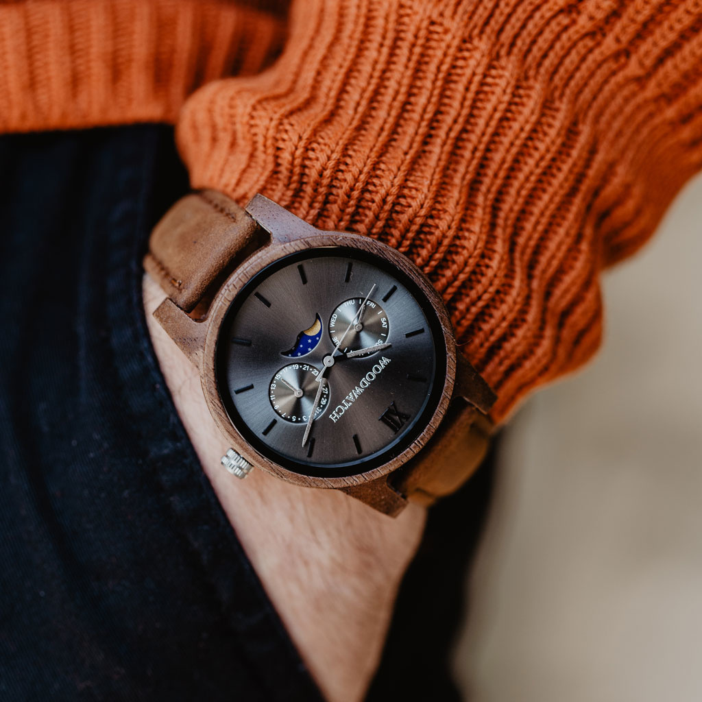 The CLASSIC Collection rethinks the aesthetic of a WoodWatch in a sophisticated way. The slim cases give a classy impression while featuring a unique a moonphase movement and two extra subdials featuring a week and month display. The CLASSIC Slate Pecan i