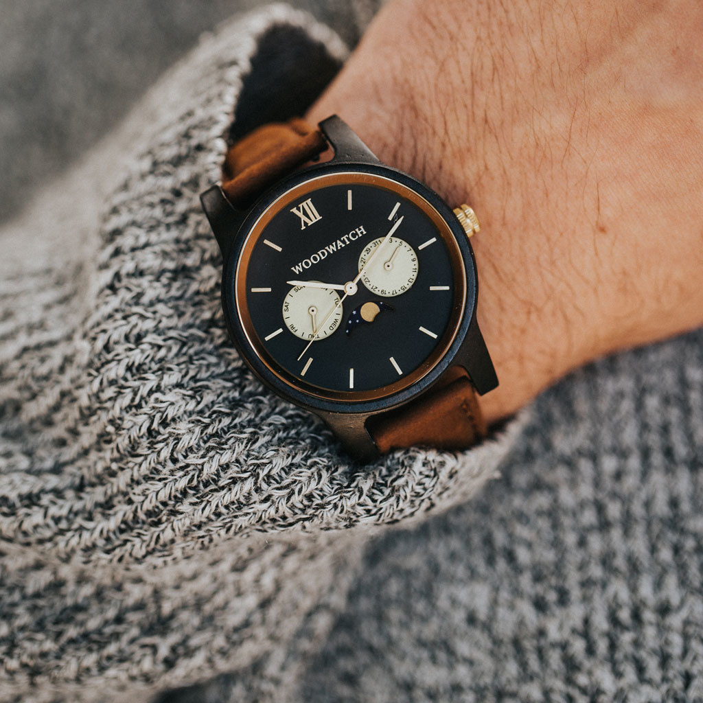 The CLASSIC Collection rethinks the aesthetic of a WoodWatch in a sophisticated way. The slim cases give a classy impression while featuring a unique a moonphase movement and two extra subdials featuring a week and month display. The CLASSIC Rogue Pecan i