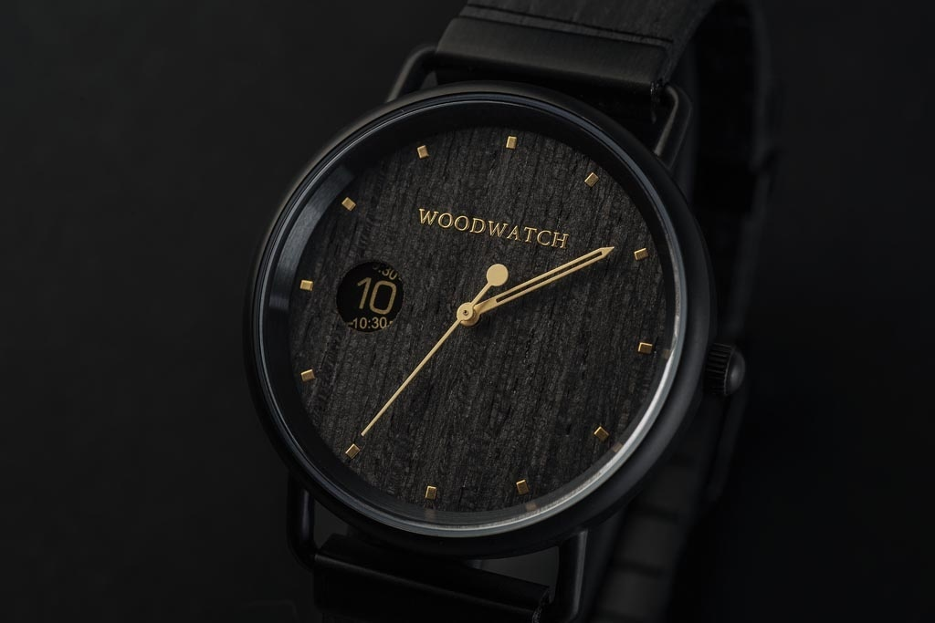 Our MINIMAL Retro models feature an all new design existing of 3 new elements. First, a clean new minimal casing. Second, a new two-pointer movement with numeric time window. Finally, an all new flexible wooden strap which fits any wrist. The Retro NOIR i