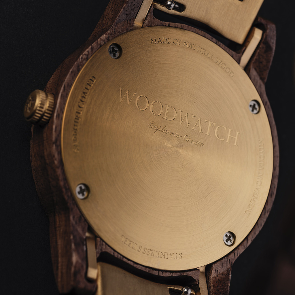 The CLASSIC Collection rethinks the aesthetic of a WoodWatch in a sophisticated way. The slim cases give a classy impression while featuring a unique a moonphase movement and two extra subdials featuring a week and month display.The CLASSIC Hunter Pecan