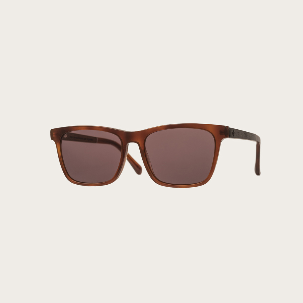 The BROOKLYN Classic Havanas Brown features a squared dark yellow tortoise frame with mocha brown lenses. Composed of durable Italian Mazzucchelli bio-acetate with hand-finished natural ebony temples and tortoise acetate tips. Bio-acetate is made from cot