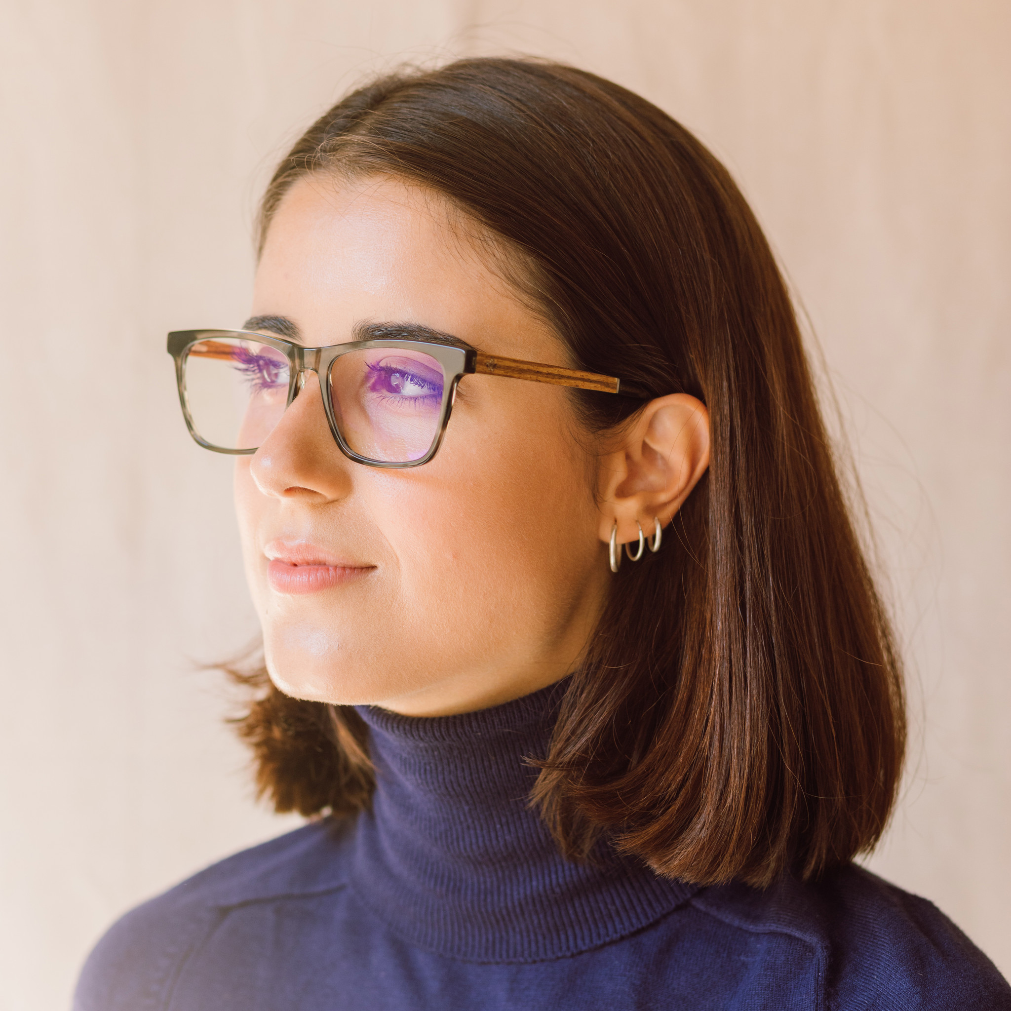 Clear specs fitted with our BlueBlock lenses. Filter out harmful excess blue light which can cause eye strain, headaches and poor sleep. The BROOKLYN Heritage grey tortoise frame and is composed of durable Italian Mazzucchelli bio-acetate with hand-finish