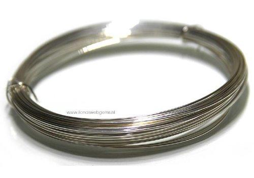 1cm. Silverfilled draad normaal ca. 1mm / 18GA