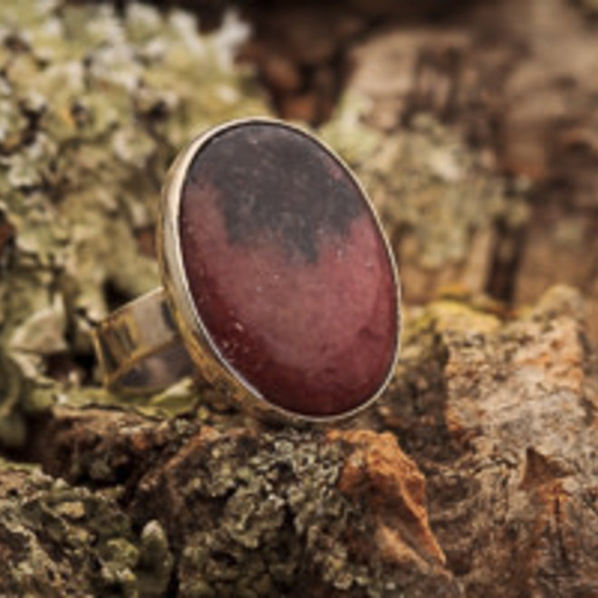 Rhodoniet ring 'Tsar', gezet in 925 zilver
