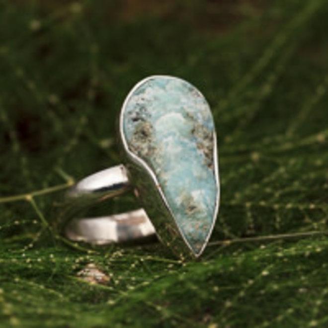 Ruwe larimar ring 'Lagrima', gezet in 925 zilver uit eigen atelier