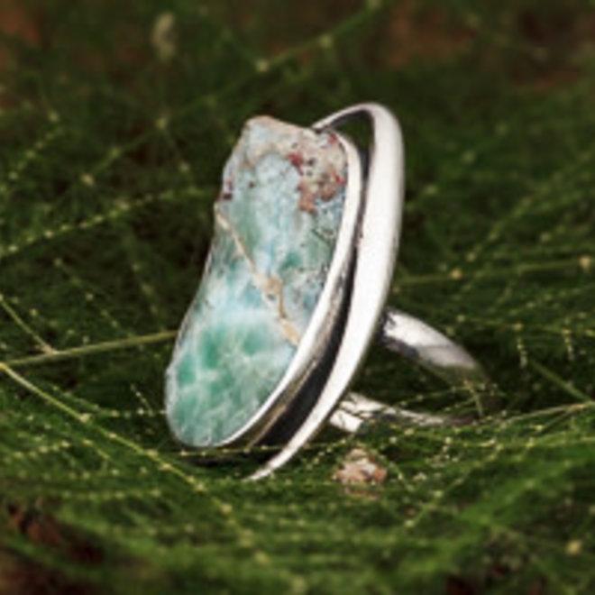 Ruwe larimar ring 'Roca', gezet in 925 zilver uit eigen atelier