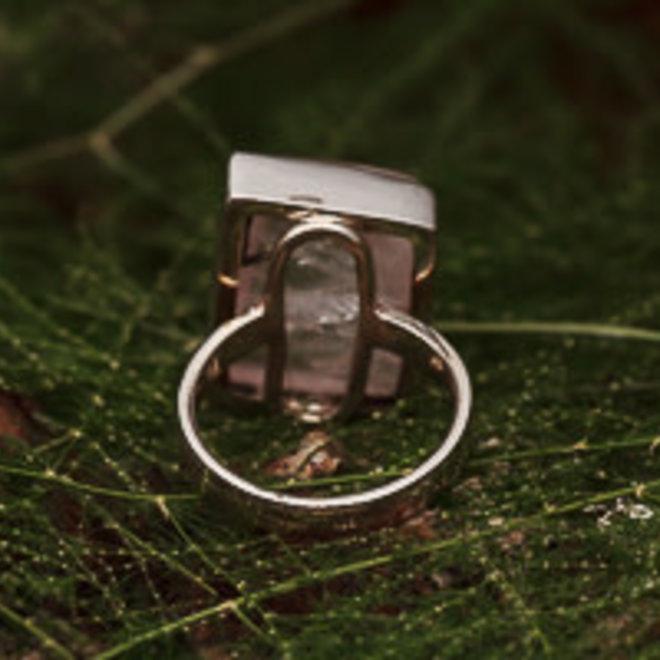 Rozenkwarts ring 'Roa', gezet in 925 zilver