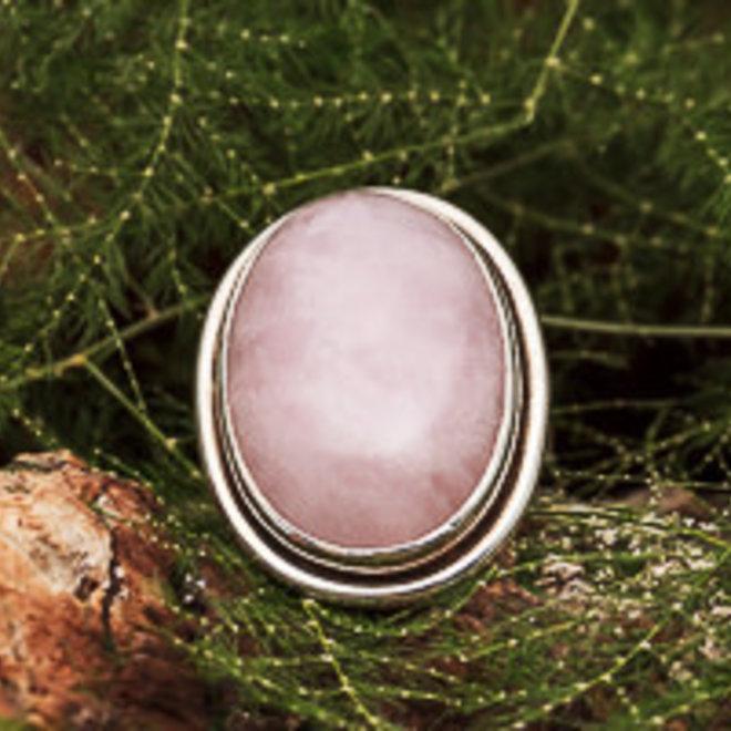Rozenkwarts ring 'Tsara', gezet in massief 925 zilver