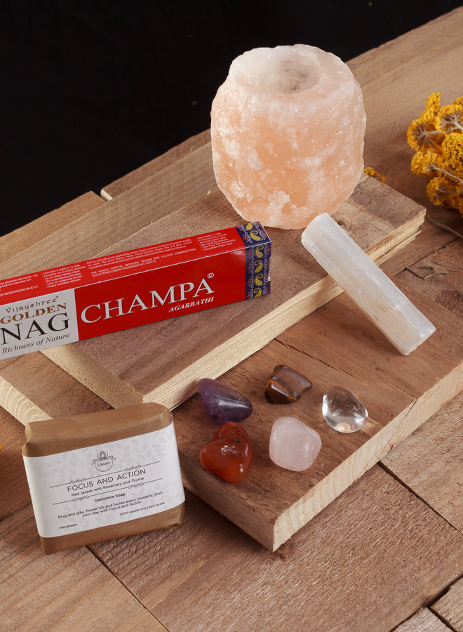Persoonlijk cadeau met wierook, passende edelsteen, edelsteenzeep en een zoutlamp theelicht.