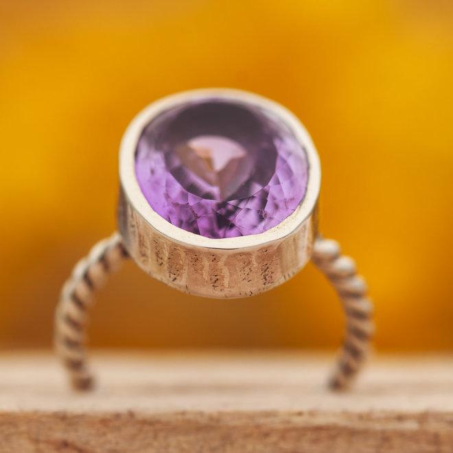 Amethist ring 'Toque', gezet in 925 zilver