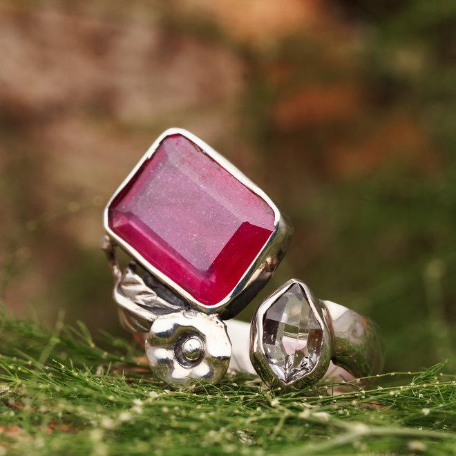 Robijn met Herkimer Diamant open ring gezet in 925 zilver uit eigen atelier