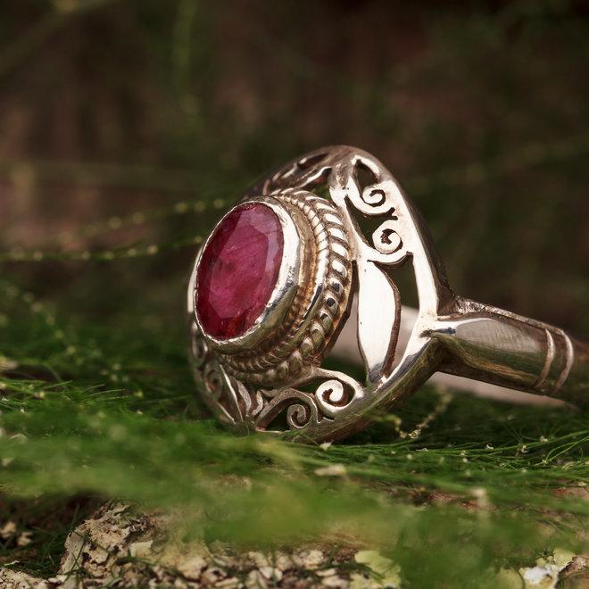 Robijn ring 'Gloria' gezet in 925 zilver