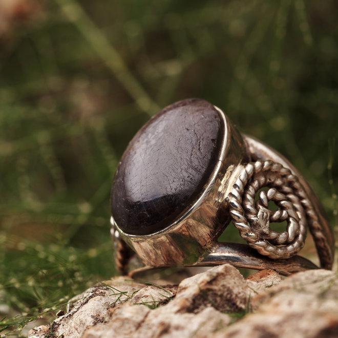 Robijn ring 'Muflone' gezet in 925 zilver ovale vorm
