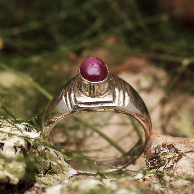 Robijn ring 'Sulcus' gezet in 925 zilver